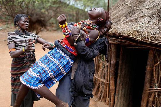 ПЕРВАЯ БРАЧНАЯ НОЧЬ В АФРИКЕ: БЕЗУМНЫЕ ОБЫЧАИ И СТРАННЫЕ ТРАДИЦИИ