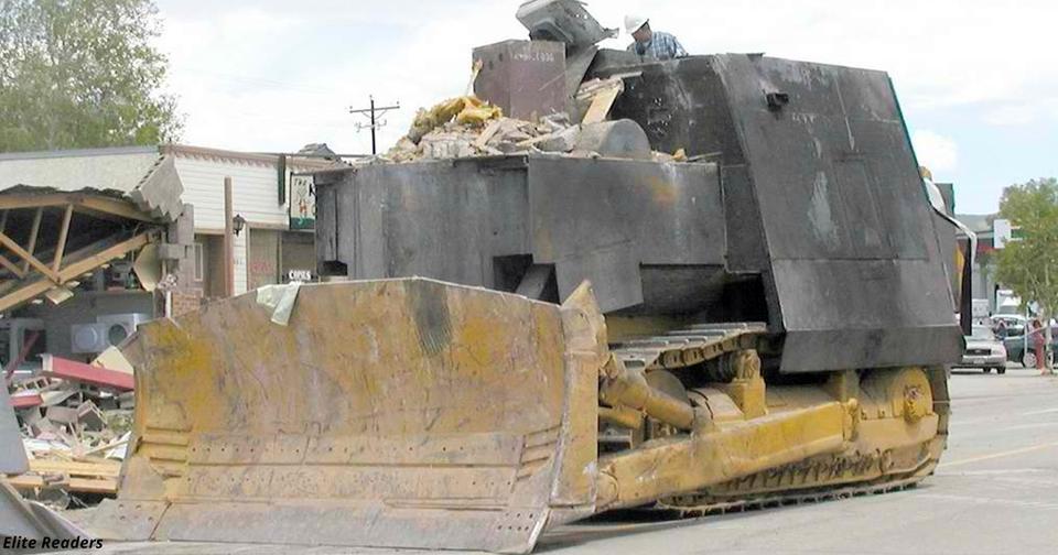 Его так задолбала власть, что он построил танк и разнес к чертям весь город!