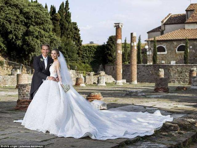 Наследница империи Swarovski вышла замуж в платье весом 46 кг с полумиллионом кристаллов!