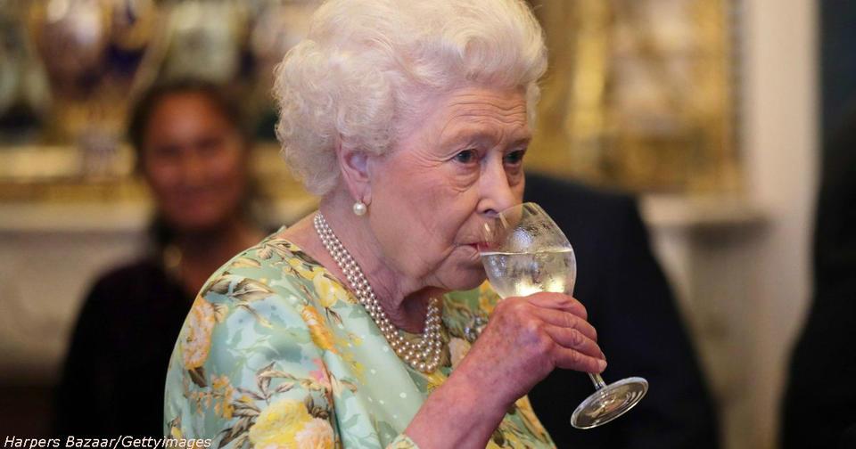 В свой 91, Елизавета ІІ пьет по 4 бокала в день. Вот королевский рецепт