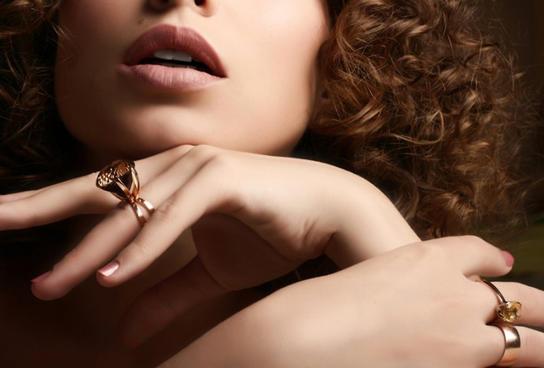 На счастье! На каких пальцах носить кольца, чтобы привлечь любовь и успех