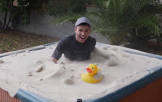 Бывший инженер НАСА поразил весь интернет, превратив песок в жидкость, и вот как он это сделал