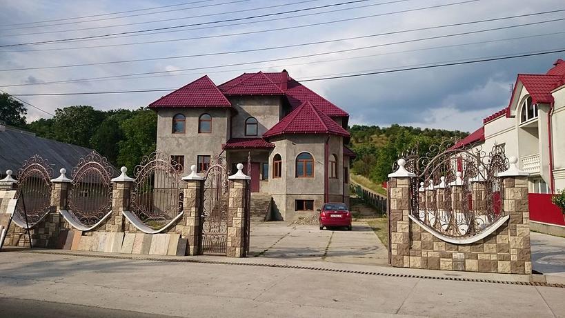 Вот 20 фото самого богатого села Украины. Скажу честно: челюсть отвисла!..