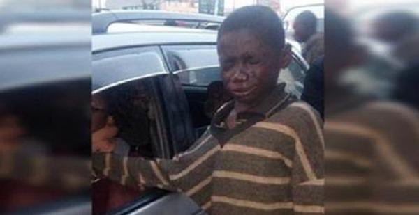 Беспризорник подошел к автомобилю, чтобы попросить денег. Заглянув внутрь, он разрыдался!