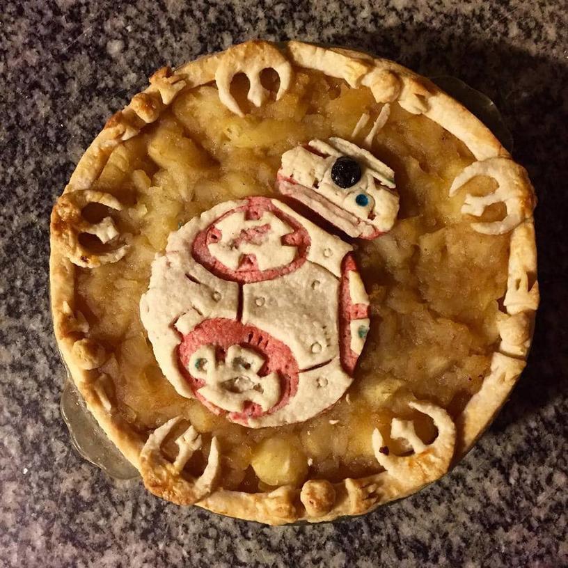На первый взгляд этот кондитер просто печёт красивые пироги, но, если присмотреться, на них можно многое увидеть