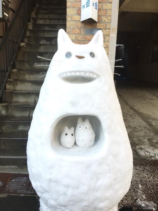 В Токио впервые за 4 года прошёл снегопад. Сначала жители растерялись, но потом дали волю фантазии, и их творения навсегда изменят ваше представление о снеговиках