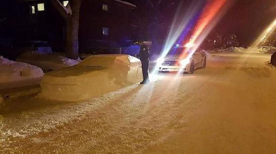 Канадец случайно разыграл полицейских автомобилем снеговиком. Те остались довольны