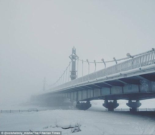 В Якутии -62 и трескаются градусники! Но это не мешает детям ходить в школу