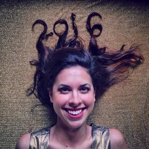 Каждый год эта девушка выкладывает одну и ту же фотографию с датой наступившего года, но пользователи интернета обратили внимание на совершенно другую деталь