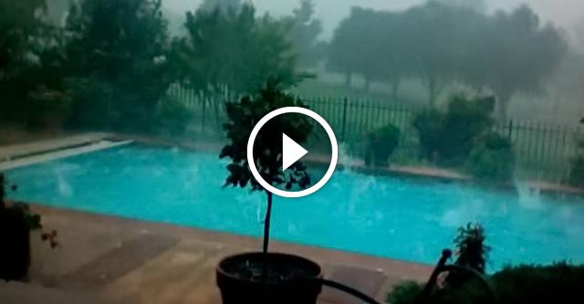 Мужчина снял бассейн во врем ливня. Через минуту он увидел ЭТО!