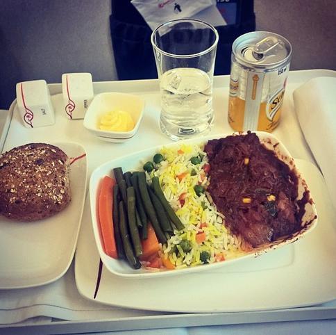 Сравните: вот чем в самолетах кормят нас, и чем богачей в 1-м классе!