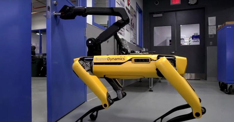 Теперь вам от них не спрятаться! Роботов научили открывать двери и даже придерживать их для других. Кажется, началось…