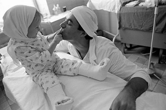 Родной отец отрезал малышке обе ноги. Спустя время этот врач совершил невероятное…