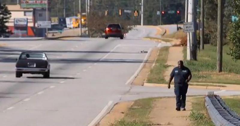 Этот бездомный парень тратил на дорогу до работы и обратно по 6 часов в день. И так продолжалось до тех пор, пока коллеги не обратили внимание на пару деталей