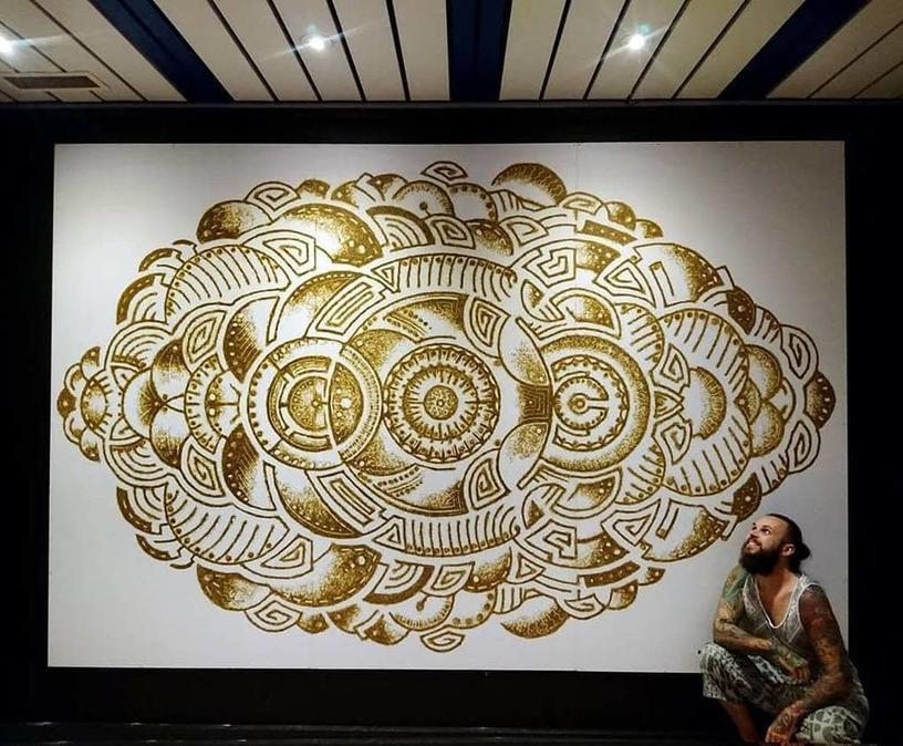 Норвежский художник изображает культовых героев при помощи пороха, а потом поджигает картины. Процесс создания завораживает не меньше, чем процесс горения