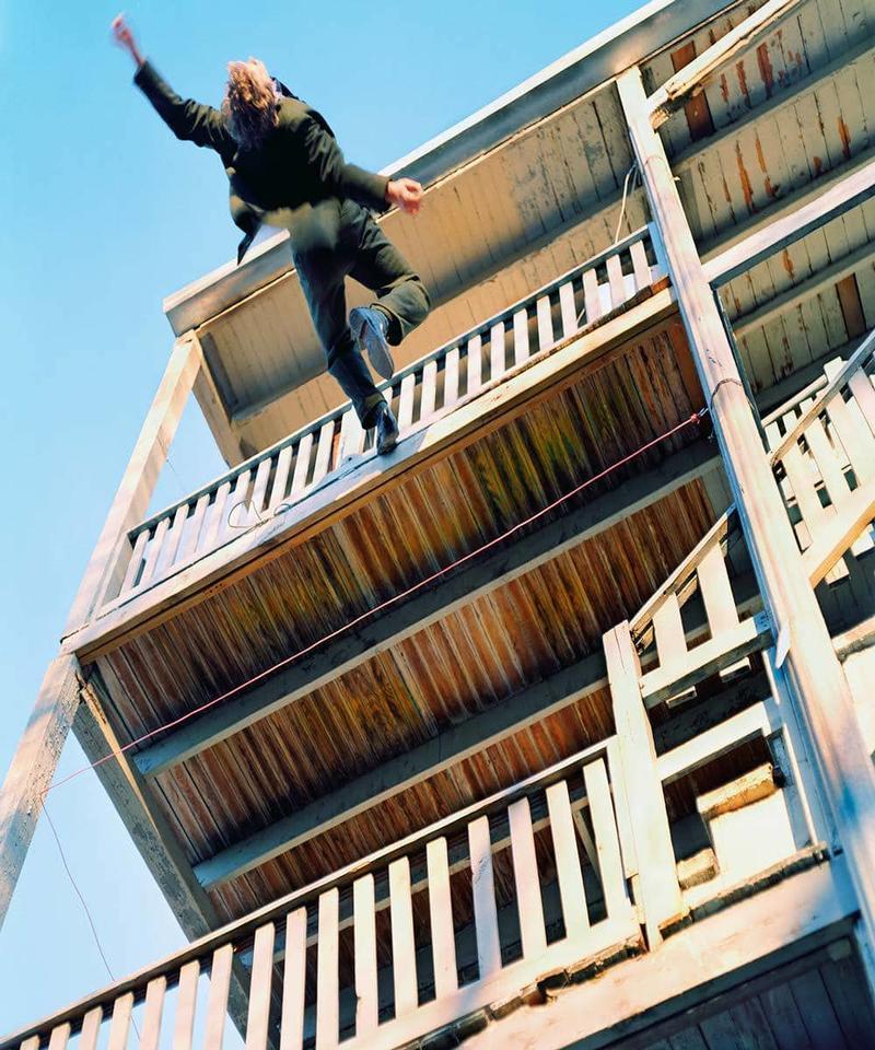 Прыгать с балкона во сне — принимая решения, будете идти на поводу у чувств, мимолетных слабостей, что приведет к появлению значительных проблем.