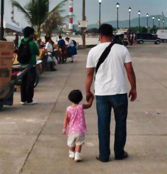 Женщина несколько лет тайно фотографирует мужа и дочь, и это невероятно трогательно