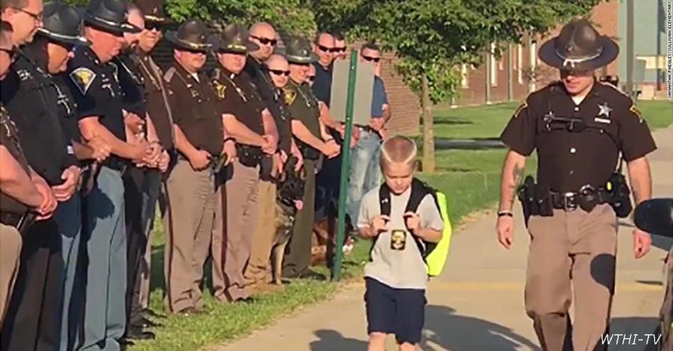 Когда 5 летний мальчик вернулся в школу после смерти отца, его встретили 70 полицейских Вот что такое ″солидарность″.