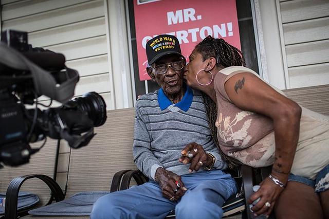 Курит, пьет и наслаждается жизнью - старейшему мужику Америки исполнилось 112 лет! И он был ветераном!