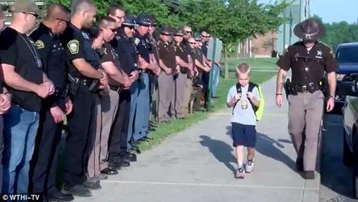 Когда 5-летний мальчик вернулся в школу после смерти отца, его встретили 70 полицейских Вот что такое ″солидарность″.