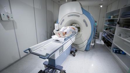 Я - нейрохирург, и я объясню, когда вам надо на МРТ, а когда она может убить! Это абсолютно бесполезно в 98% случаев!