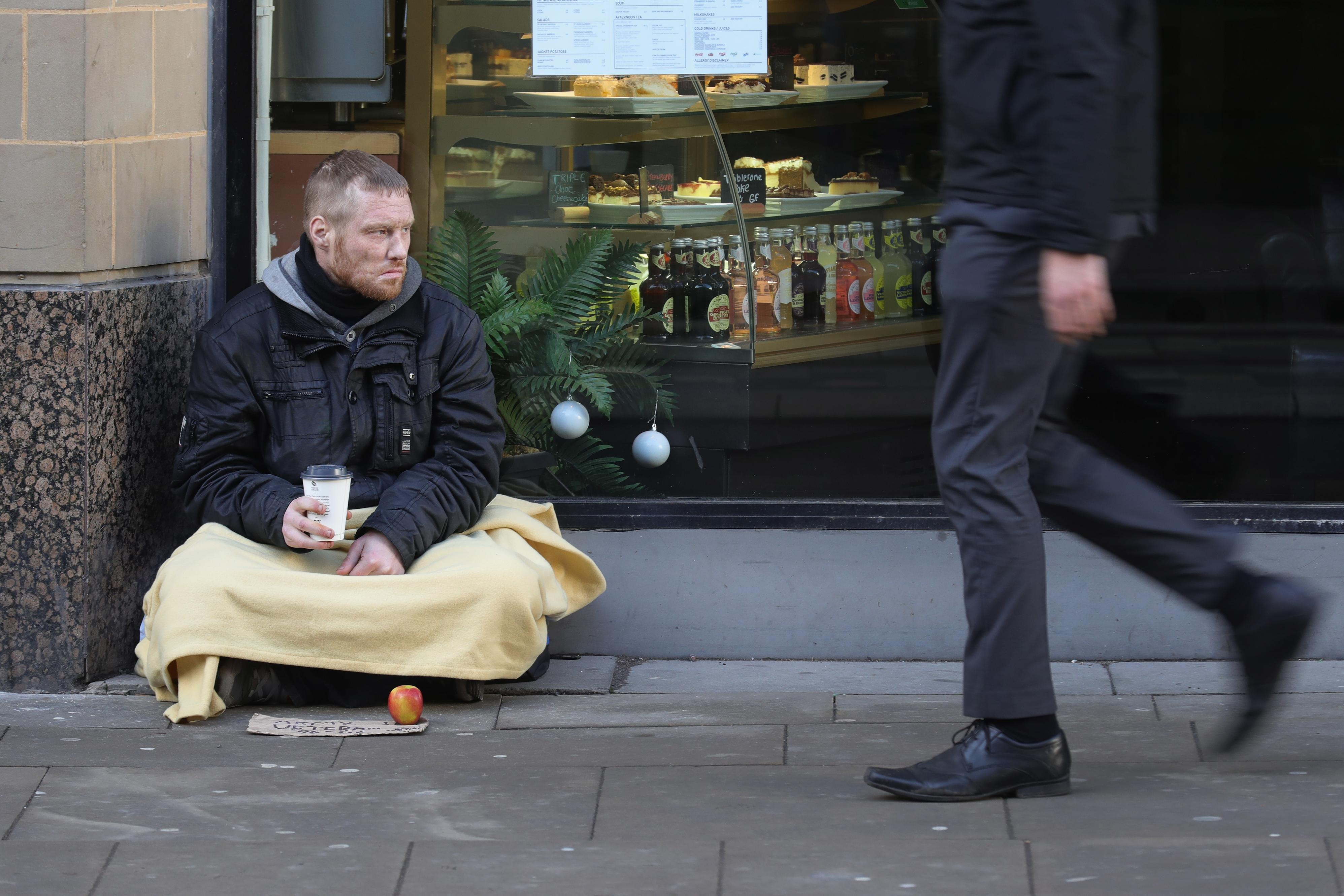 Почему вы обязаны давать деньги бездомным - без вопросов и безоговорочно! Считаете, у вас есть право их осуждать?