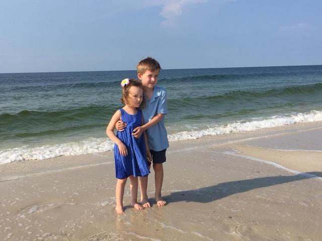 На этом фото 6-летний мальчик утешает умирающую от рака мозга сестренку... Что этот кадр говорит о нас как о людях?