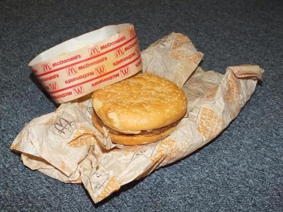 Парни провели эксперимент с бургером, после которого вы больше никогда не пойдете в МакДональдс! Они не перевариваются. Вообще!