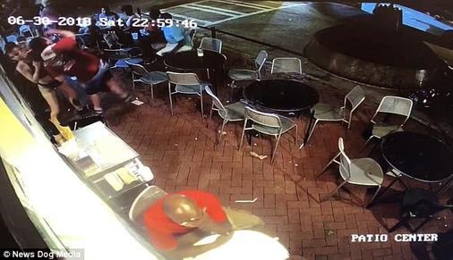 Клиент шлепнул официантку по попе. Но она ответила ему так, что он тут же пожалел об этом! Вот видео.