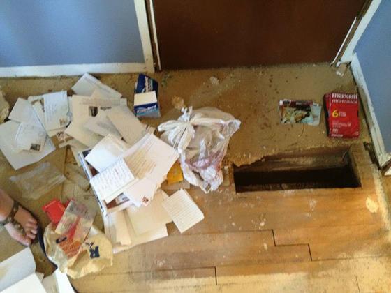 Эти двое делали ремонт. И нашли в доме записку, которую кто-то оставил 23 года назад... Бывает же...