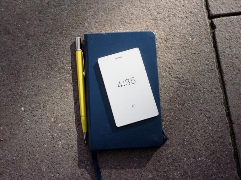 Есть такой «Анти-айфон» - и он спасет вашу жизнь, карьеру и брак! Подарите жене :)