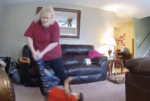 Сын начал вести себя странно. Скрытая камера показала, что с ним делала няня Всегда ставьте камеры!