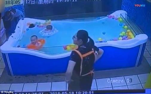 Малыш чуть не утонул в бассейне из-за спасательного круга. Вот как все было Кошмар каждого родителя!