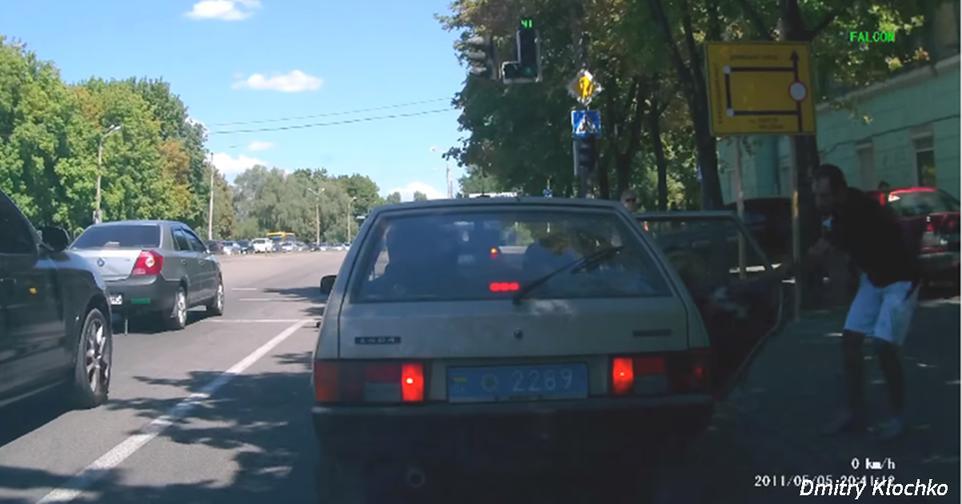 В Днепре прохожий ″вернул″ ментам мусор, который они выбросили из машины Как нужно бороться с мусором.