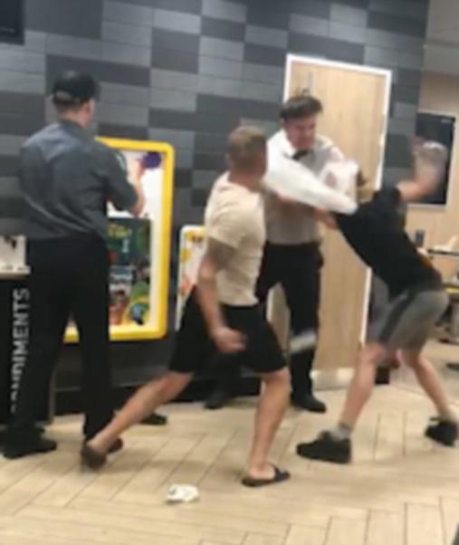 2 пьяных подростка избили менеджера в «Макдональдсе». Вот как это попало на видео Теперь их мать просит прощения.