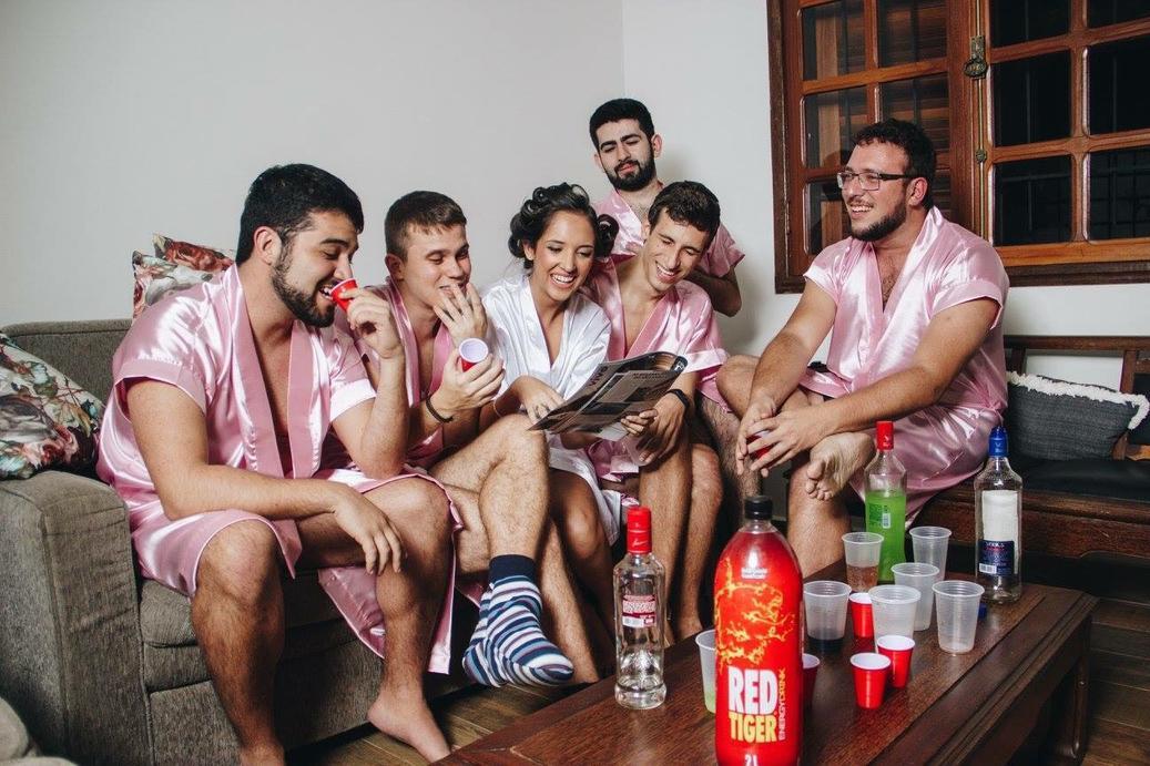 Телку несколько парней, толпа девок » Порно видео с молоденькими 18 летними 1 фотография