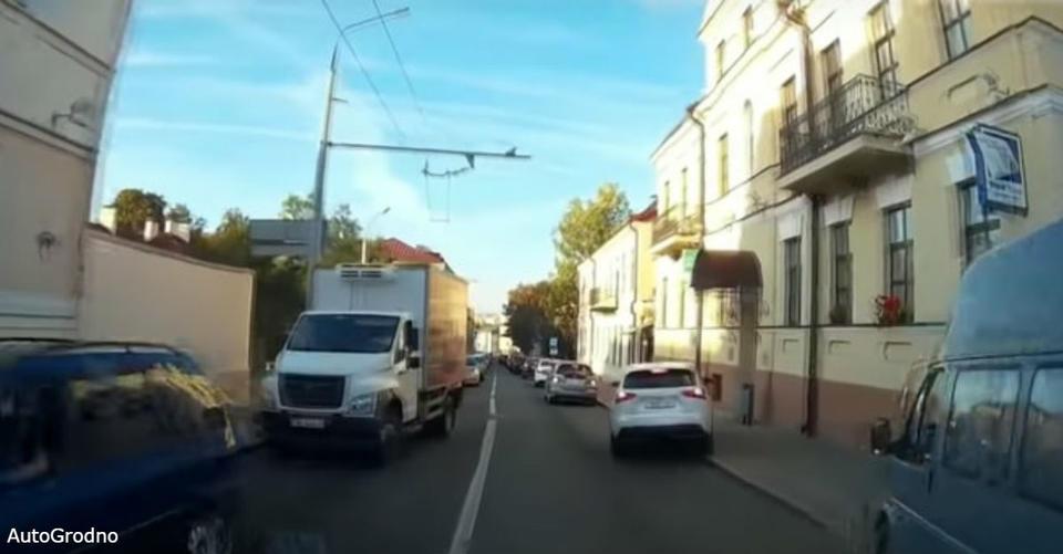 Когда в Беларуси едет скорая - вот что делают водители Ничуть не хуже японцев и корейцев.
