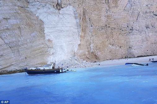 В Греции скала упала прямо на пляж с туристами! Повезло не всем... Есть пострадавшие.