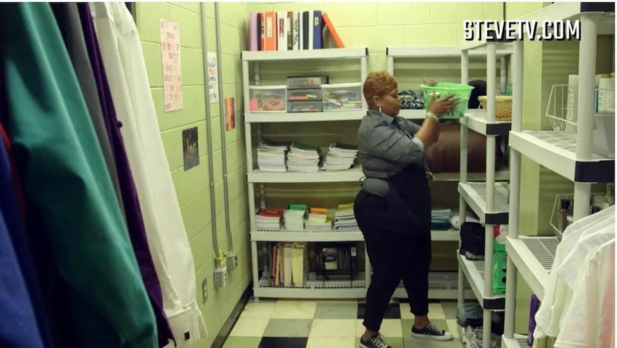 Школьник случайно открыл дверь в комнату уборщицы - и остолбенел от увиденного Вот какой секрет она скрывала.