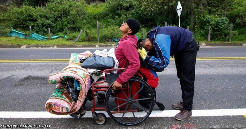 Сын толкал кресло отца 500 км   лишь бы он попал в больницу Удивительная история из Венесуэлы.