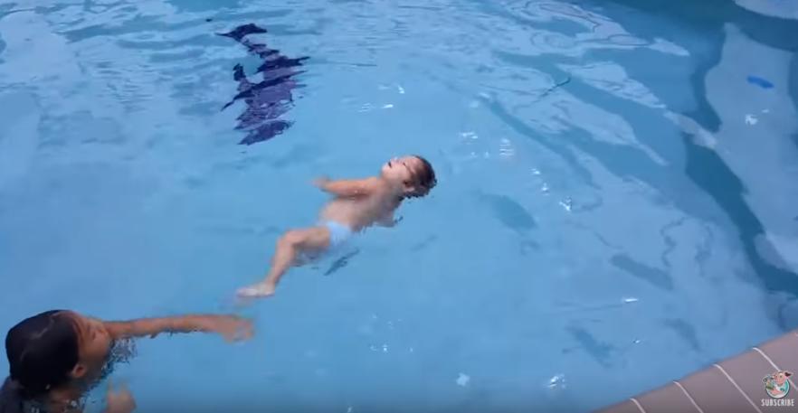 1-летняя девочка самостоятельно плавает в бассейне! И смотрите, как наслаждается... Бывает же такое!
