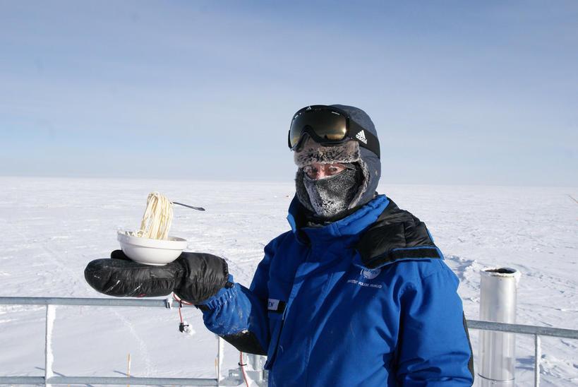 Вот как выглядит лапша при температуре −60 °C Антарктический эксперимент.