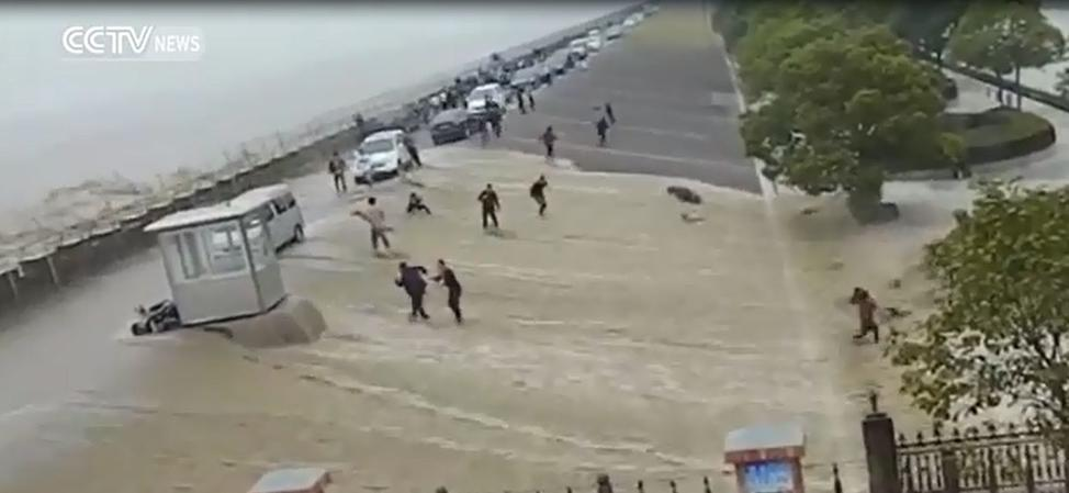Страшные кадры: цунами смыло десяток идиотов, которые хотели снять его для соцсетей Жуткое зрелище!