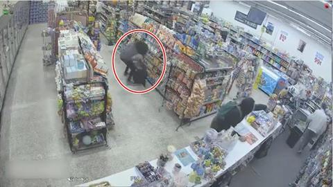 2 подростка хотели ограбить магазин - но уже через 30 секунд его хозяин благодарил их! Случай зафиксировали камеры видеонаблюдения.
