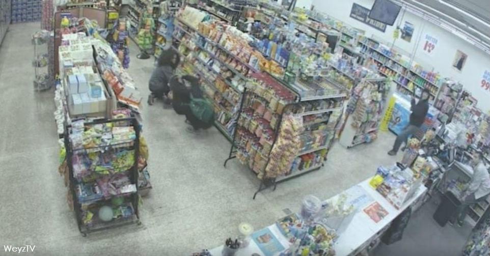 2 подростка хотели ограбить магазин   но уже через 30 секунд его хозяин благодарил их! Случай зафиксировали камеры видеонаблюдения.