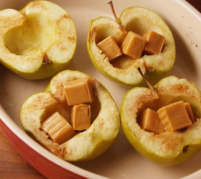 Печеные яблоки с карамелью: Лучший десерт, который можно сделать осенью Вкуснятина!