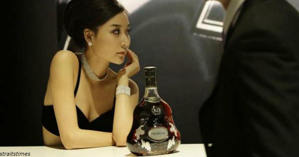 Женщинам залпом выпила бутылку коньяка   лишь бы не выкидывать ее в аэропорту ″Не доставайся никому″.