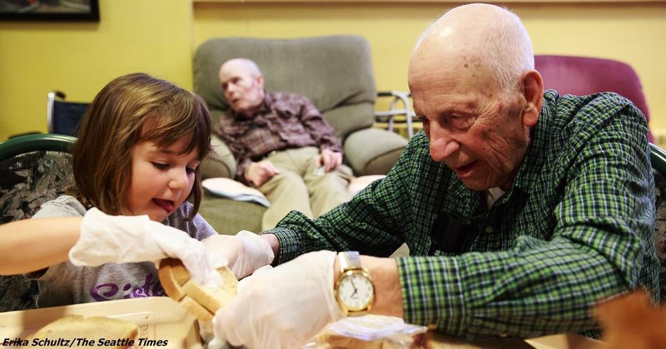 В США решили совместить дом престарелых и детский сад. Получилось чудо! Отличный эксперимент.