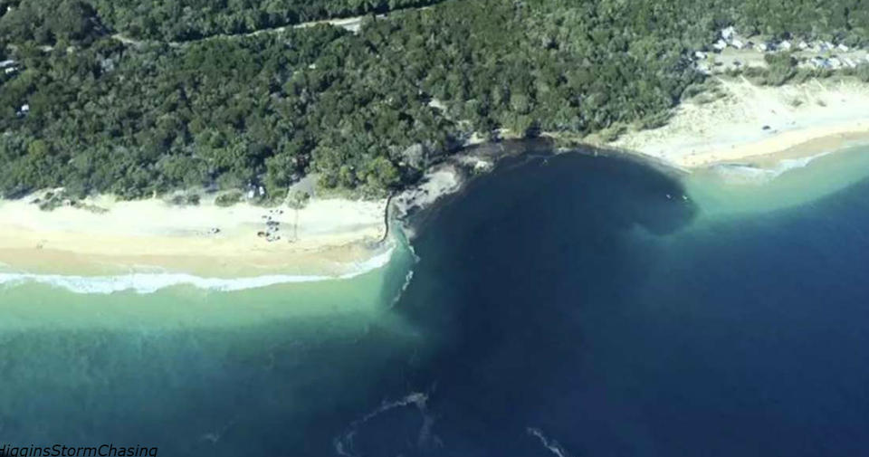 Пляж в Австралии поглотила гигантская черная дыра! Вот как это было Он просто ушел под воду!