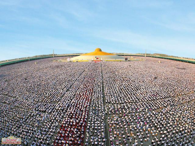 Смотрите, как 1 миллион детей в Таиланде медитировал за мир во всем мире Эпическое зрелище.